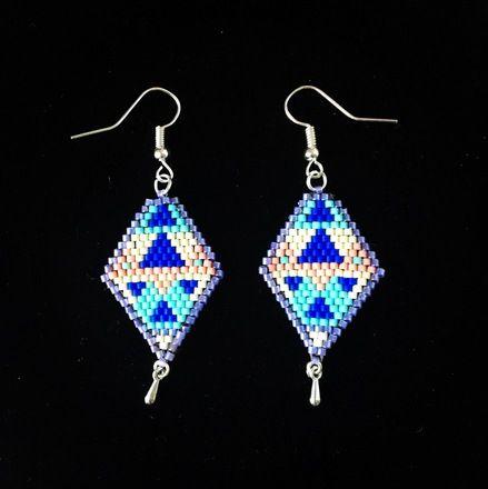 Boucles d'oreilles aux couleurs de l'été tissées en perles miyuki Delicas (en brick stitch) et montées sur des crochets argentés.  Elles sont très légères. Le tissage mesu - 17844181