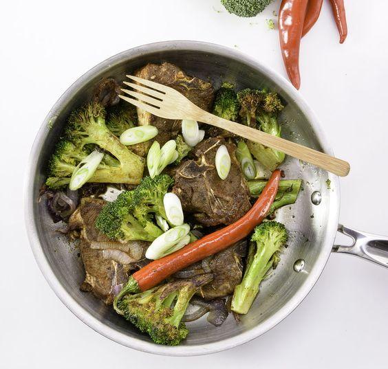 Agneau pimenté aux légumes dans un poêlon