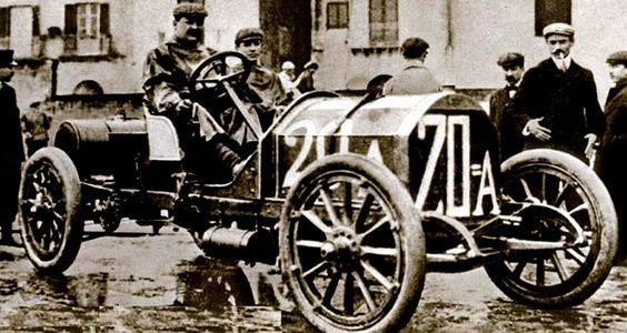Fiat 28-40 HP, voiture routière de 1907  La Fiat 28-40 HP, photo d'époque, cette ancienne voiture fut produite en 1907, cette Fiat 28-40 HP de 1907 mesure 1.74 mètres de large, 4.41 mètres de long, et a un empattement de 3.2 mètres.