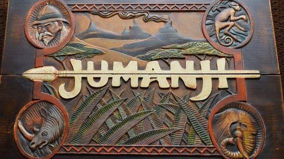 """Was erwartet die Kinozuschauer im neuen """"Jumanji""""?Der Abenteuerfilm erhält ein Remake mit Dwayne """"The Rock"""" Johnson in der Hauptrolle, das so manchen Fan des Originals überraschen könnte.  Im vergangenen Jahr feierte """"Jumanji"""" 20-jähriges Jubiläum. Wohl kaum einer würde sagen, dass der Abenteuerfilm, der zur damaligen Zeit mit recht bemerkenswerten Trickeffekten und einer schönen Rolle für Robin Williams aufwartete, zu den großen Meisterwerken des Genres gehört, doch nicht wenige Menschen…"""