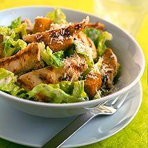 Klassischer Caesars Salad 1 Stück Zitronen, (Saft und fein geraspelte Schale)      1 Zehe(n) Knoblauch, gepresst    1 EL Olivenöl    1 TL Italienische Kräuter, getrocknet    1 Prise(n) Jodsalz    1 Prise(n) Pfeffer, schwarz, frisch gemahlen      150 g Hähnchenbrustfilet, roh    10 Stück Sardellen/Anchovis in Salzlake      100 g Fettarmer Naturjoghurt, bis 1,8 % Fett    1 TL Senf, klassisch, grob      4 Stück Romanasalat/Römersalat    30 g Parmesan/Montello Parmesan, fein gerieben    4 EL…