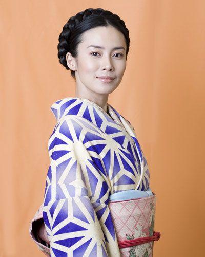 中谷美紀編み込んだスタイルと独創的な美しい着物姿