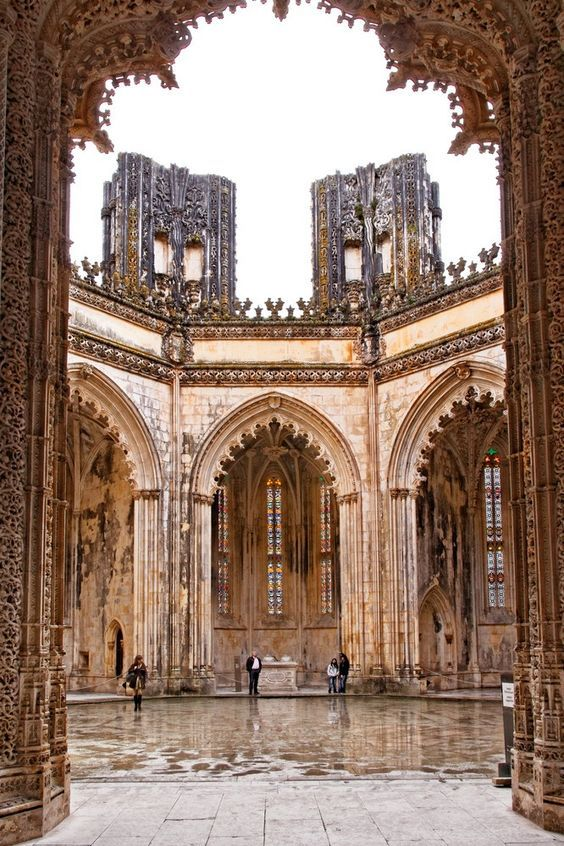 Considered to be part of the World heritage by UNESCO, the Batalha Monastery gifts us Gothic art as well as the typically Portuguese Manueline style. #BatalhaMonastery #worldheritage #unesco #gothicart #manuelinestyle #portuguesemanuelinestyle #architecture #portuguesearchitecture #luxuryarchitecture