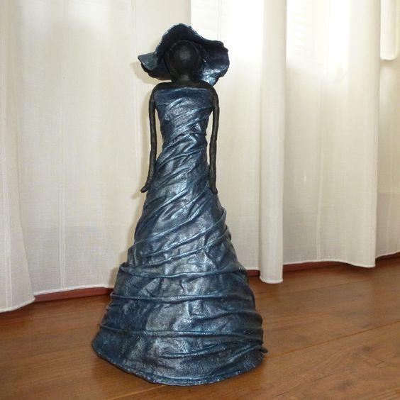 Decoratie beeld of figuur van een vrouw. Ze is staand uitgevoerd,massief van binnen en heeft een prachtige kleur gekregen.Het is een combinatie van zwart,donker blauw en parelmoer.Een bijzonder kunst beeld als woonaccessoire voor in huis.