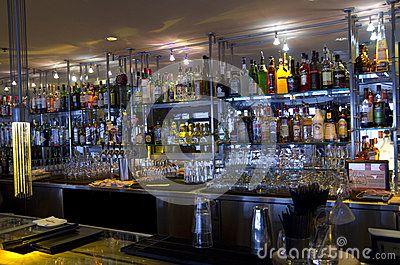 Estantes del contador del restaurante de la barra Imagen de archivo editorial
