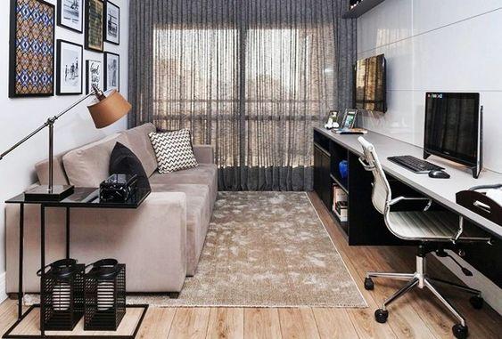 O home office na sala de estar é uma solução para quem tem pouco espaço. Experimente usar o mesmo móvel para mais de uma função, isso ajuda a otimizar o espaço.