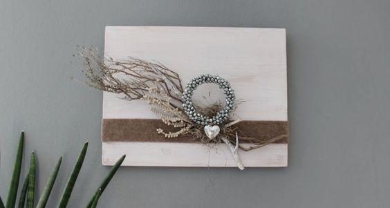 WD108 – Zeitlose Wanddeko! Holzbrett weiß gebeizt, natürlich dekoriert mit Filzband, einem Miniglockenkranz, einem Herz und natürlichen Materialien! Preis 39,90€ Größe 30x40cm