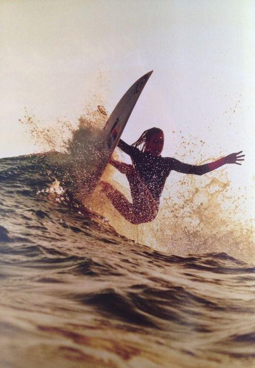水面に乗り上げた女性