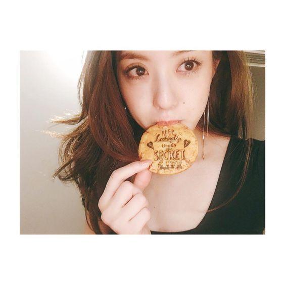 クッキーを食べる古谷有美