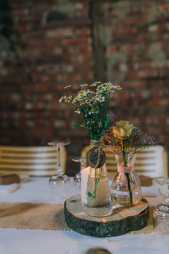 rustikale Tischdekoration Scheunenhochzeit im Bayerischen Wald von Nadine Lorenz   Hochzeitsblog - The Little Wedding Corner