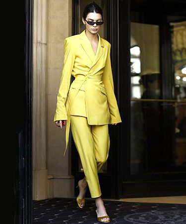 Вопрос «кто здесь носит брюки?» больше не актуален. Потому что их носят абсолютно все знаменитые девушки. В уходящем году брючный костюм стал абсолютным хитом и засветился всюду — от хроники street style (что ожидаемо) до статусных красных дорожек в Лондоне и Каннах (а