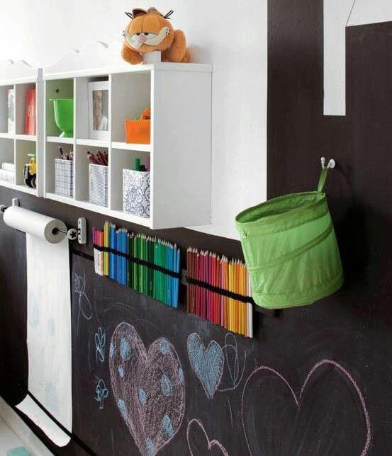 Todo preparado para que los niños se diviertan con la pared de pizarra. #decoracion
