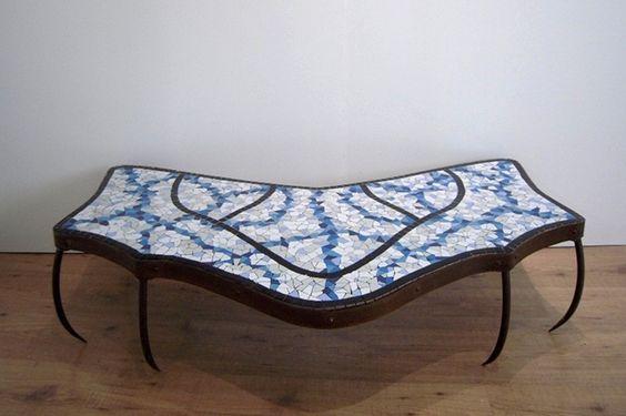 Mesa decorada con mosaicos en trencadís