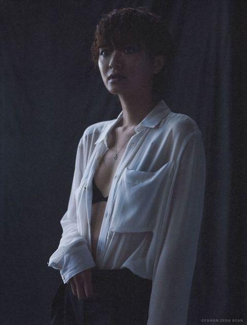 榮倉奈々白シャツから覗く水着姿の画像