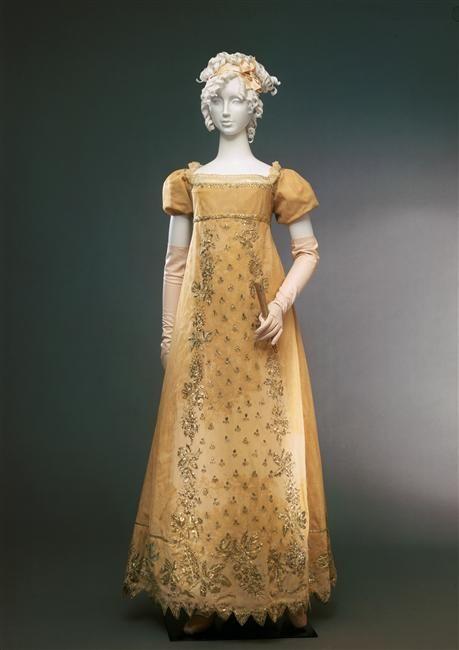 Creeeo que esto será de 1815-1820 bc no tiene mangas anchas pero ya es más corto, vestido de fiesta