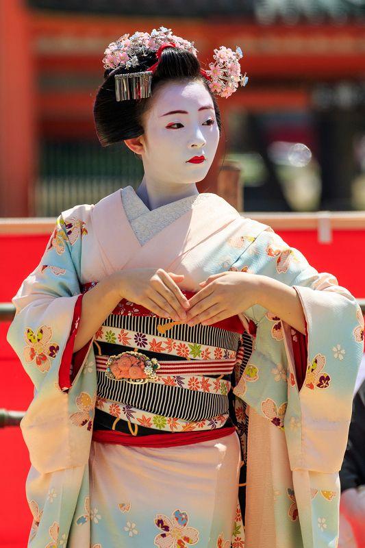 平安神宮例祭翌日祭、祇園甲部の皆さんは二曲舞ってくれました。  二曲目、祇園小唄をお届けします。    祇園小唄が始まりました。 まずは両手...