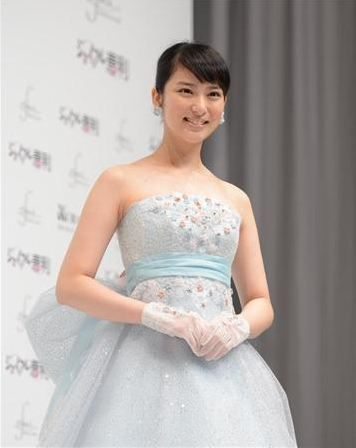 リボンのついたウェディングドレスの武井咲