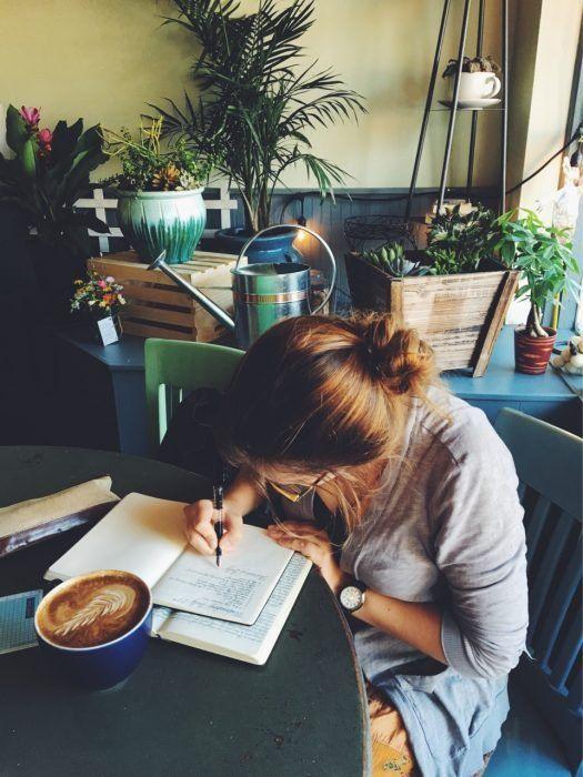 mujer escribiendo en papel