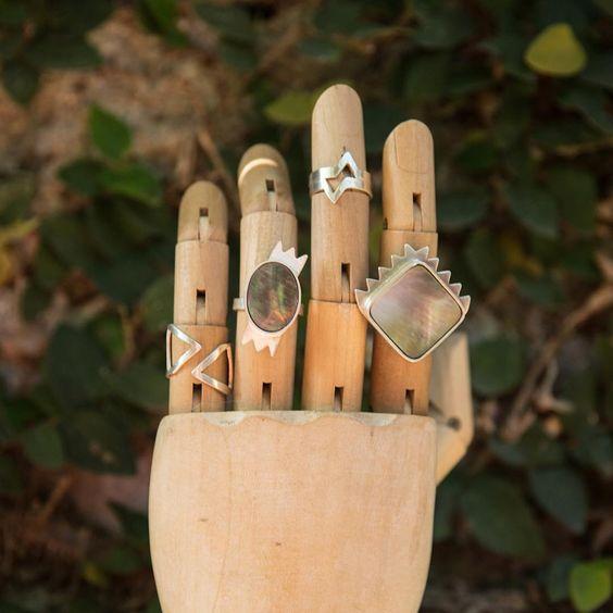 """""""Show me your rings  Anel Dupla Seta + Anel madrepérola oval + Anel Losango + Anel madrepérola quadrado = ⚡️⚡️⚡️"""""""