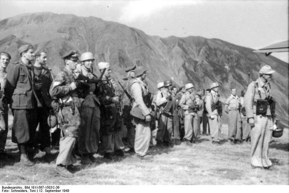 Bundesarchiv Bild 101I-567-1503C-36, Gran Sasso, Fallschirmjäger und Waffen-SS. Pin by Paolo Marzioli