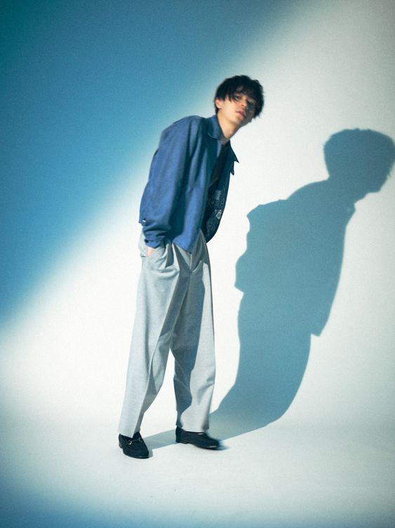 ブルー×ホワイトのグラデーションが美しい成田凌のかっこいい高画質画像