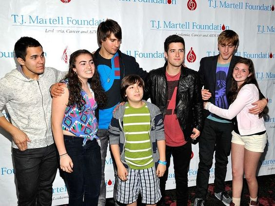 Los chicos de Big Time Rush posaron con algunos fans en un evento de caridad. Tan solo miren cómo Kendall Schmidt es abrazado por la muchachita y podrán imaginar lo que debía estar sintiendo.
