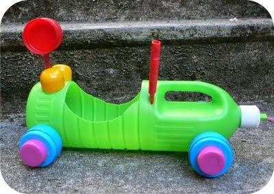Une bouteille plastique d'eau de Javel ou autre, des bouchons, etc. et voilà une voiture jouet.