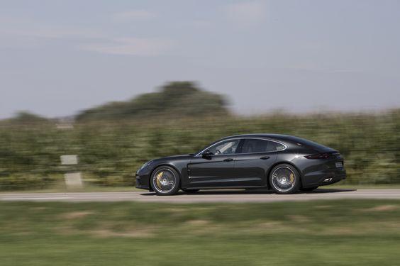 Porsche Panamera 2016 gris volcano roulant sur une route de campagne vue de…