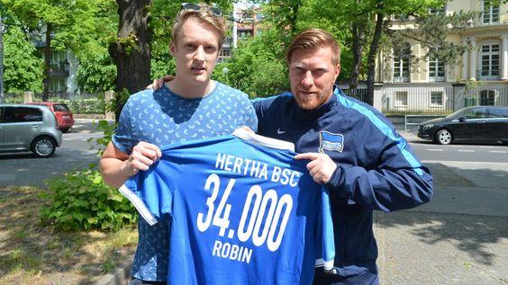 Wir sind 34.000! Robin bekam als Jubiläumsmitglied extra ein Trikot von Zecke Neuendorf überreicht! #hahohe https://t.co/NeEZLP5zH7