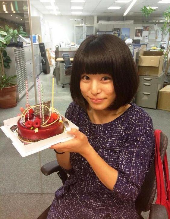 ケーキを持って微笑むほないこかのかわいい画像