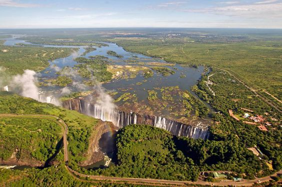 Aproveite a visita à África do Sul e estenda o passeio até o Zimbabwe. O país, que requer um visto de entrada pago na hora, abriga as cataratas Victoria Falls, uma das maravilhas naturais do mundo, maiores e mais altas que as de Niagara Falls. #NewAge #Viagem #Turismo #AfricadoSul #Zimbabwe #VictoriaFalls