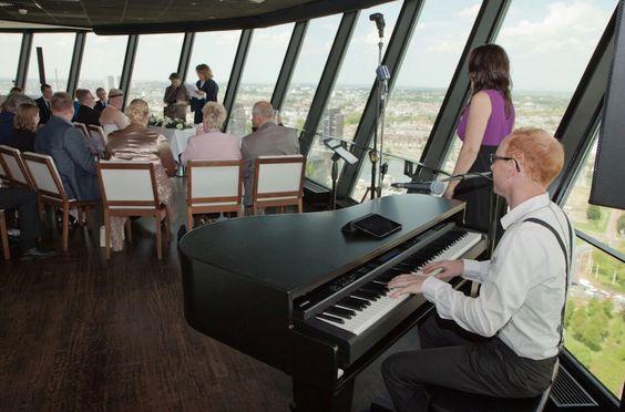 Euromast: trouwceremonie in de wolken - met live muziek van Luizter. Foto door Robin van de Meer