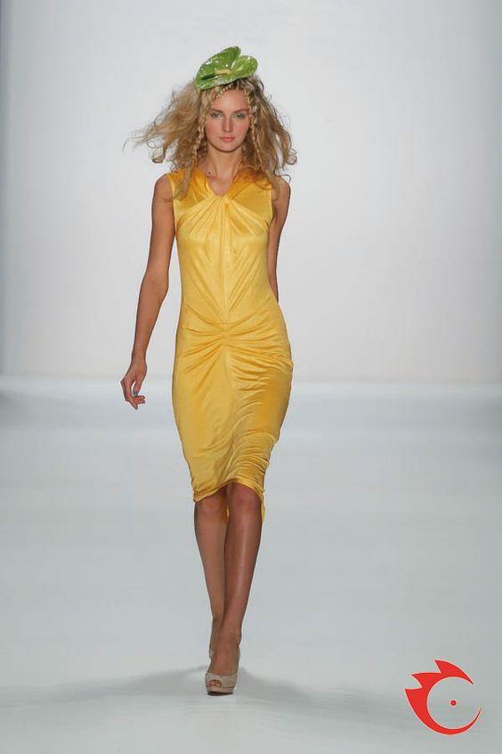 Anja Gockel - super sommerliches gelbes Jerseykleid mit Raffungen in der vorderen Mitte.
