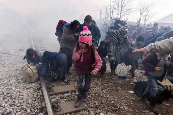 Weinende Kinder, verzweifelte Eltern, Tränengas - an der griechisch-mazedonischen Grenze spielen sich dramatische Szenen ab. Auch die Polizisten sind erschöpft.