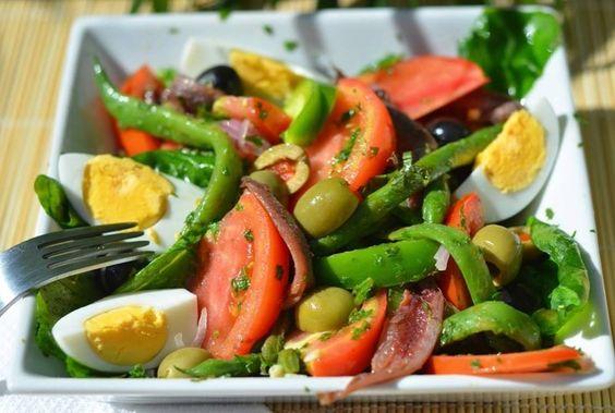 Салат Нисуаз — прованская кухня http://www.anymenu.ru/salat-nisuaz/  Салат Нисуаз — это замечательное блюдо прованской кухни (французской), состоит салат из различных овощей, тунца или анчоусов, или того и другого вместе. Из указанного количества ингредиентов получается 2 порции салата. Состав: Руккола (или листья салата) — 1 пучок Петрушка — 1/2 п. Помидоры — 2 шт. Сваренные вкрутую яйца — 2 шт. Красная луковица —