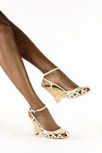La semelle compensée - Chaussures de  mariage - Un modèle pour robes très longues L'inconvénient des chaussures compensées est qu'elles alourdissent la silhouette, non seulement à cause des semelles, mais aussi car le bout est arrondi...
