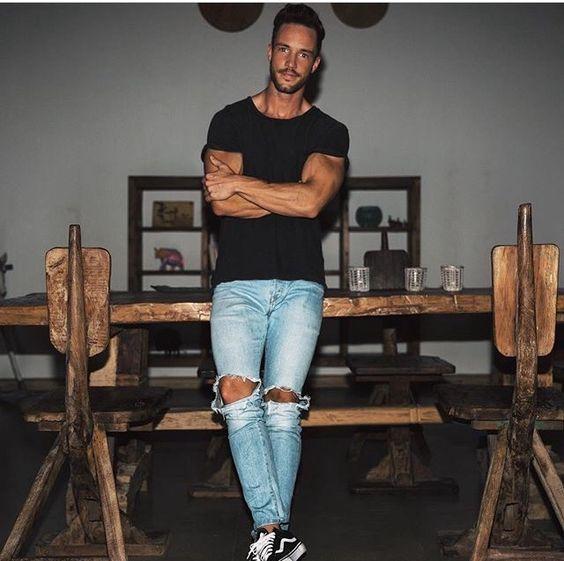 Camiseta preta + calça jeans destroyed + vans old school