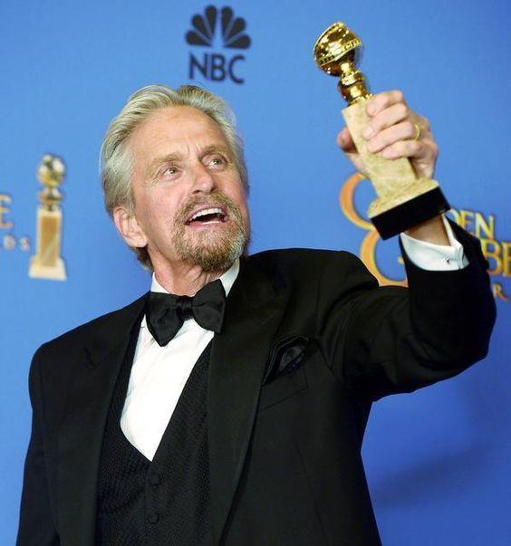 El actor Michael Douglas sostiene el Globo de Oro 2014 a la Mejor Interpretación de un Actor en una Mini-Serie o Película hecha para la televisió...