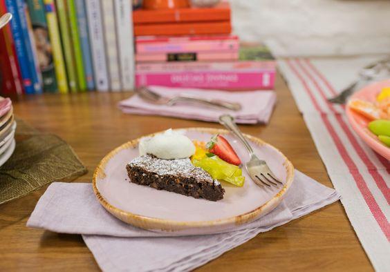 Brownie cremoso de castanha-do-pará | Receita Panelinha: O mundo se divide entre pessoas que gostam de brownie fofo ou brownie denso-cremoso. Esta receita é para quem gosta da segunda opção. As castanhas dão crocância à sobremesa, que é servida com frutas e creme batido – um espetáculo.