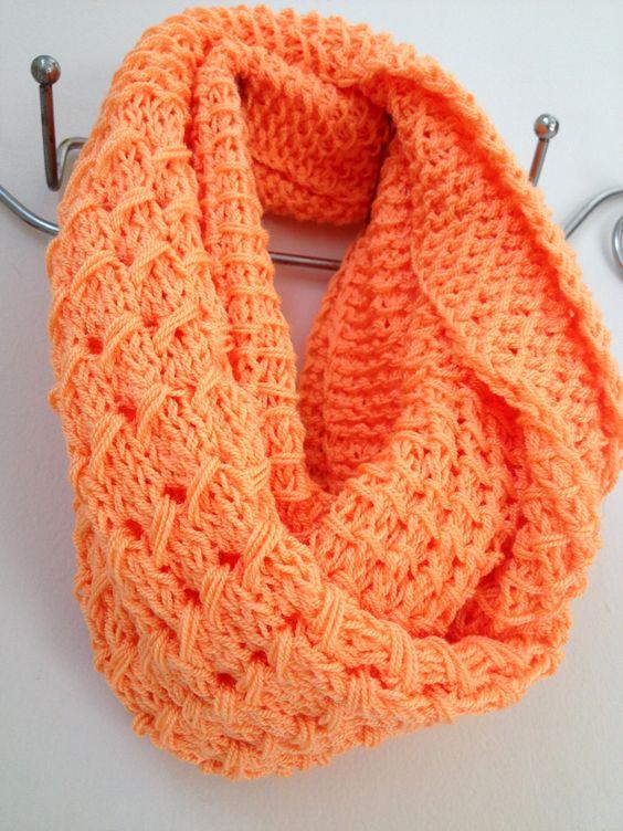 Bufanda infinita color naranja dos vueltas. Tejida a dos agujas combinando tres puntos 1