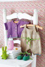 Ensemble tricoté pour bébé avec salopette, gilet et chaussons vert lilas et beige