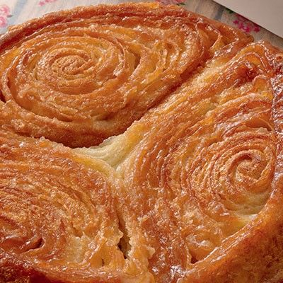 La recette du Kouign-amann : Préparation : 1 h Attente : 2h30 (levée 1h + 3x30 minutes au réfrigérateur) Cuisson : 55 min Pour 6 à 8 personnes : - 500 g de farine bio - 330 g de beurre bio demi-sel mou + 1 noisette pour le moule - 200 g de sucre en poudre + 2 cuil. à soupe pour le moule + 2 cuil. à soupe pour la cuisson - 30 cl d'eau tiède - 25 g de levure fraîche du boulanger
