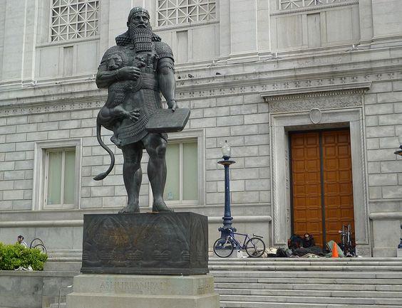 Asurbanipal, creador de la biblioteca de Nínive, la cual fue la primera biblioteca que recogió y organizó el material de forma sistemática. En Nínive se recogió toda la literatura disponible en escritura cuneiforme en aquel entonces, además fue el último gran rey de Asiria. Reinó entre el 668 a. C. y c. 627 a. C.