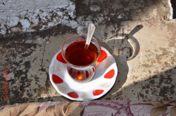 Der Türkische Tee ist ein Schwarztee mit kräftigem Aroma und malzigem Geschmack. Sein Aufguss hat eine rötlich bis braune Farbe. Aufgrund seiner geographischen Lage ist es besonders leicht und ergiebig. Besonders beliebt ist der türkische Apfeltee, der eine beruhigende und ausgleichende Wirkung auf Körper und Seele hat und sowohl abends als auch morgens getrunken werden kann.  http://tea-shop.co/Tee/Teehaus/Tuerkischer-Tee/497-Tuerkischer-Tee-AEROBIC.html