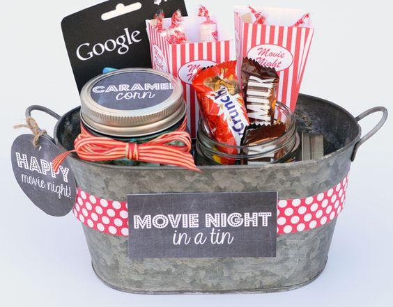 Que tal um kit noite de filmes com os lanchinhos e doces preferidos do casal? | 28 ideias de presentes de emergência para o Dia dos Namorados: