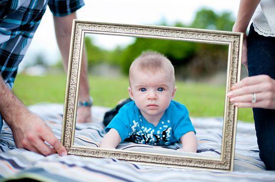 6 month baby photos. Cute frame idea!