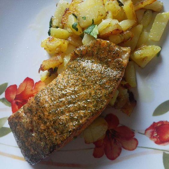 Filetto di #salmone all'aneto con contorno di patate all'acqua.  Pochi minuti ed il pranzo è fatto.  #laforchettasullatlante #foodporn #fish #healthy