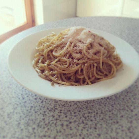 E ci voleva proprio!!! #Spaghettata con #pesto di #olive di produzione propria ( de la mi mamma) con grattugiata di #pecorino al #peperoncino. E come diceva #AldoFabrizi: bboni , bboni. #olive #spaghetti #formaggio #cheese #tasty #good #lovely #follow #followme #like4like #easy #homemadefood #homesweethome #familytime #family #saturday #october #recipes