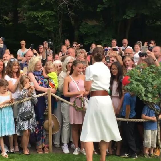 Kronprinsessan hyllas med hurrarop vid Sollidens slott. The Crown Princess is congratulated by the visitors at Solliden Palace. #kungahuset #kronprinsessan #kronprinsessanvictoria