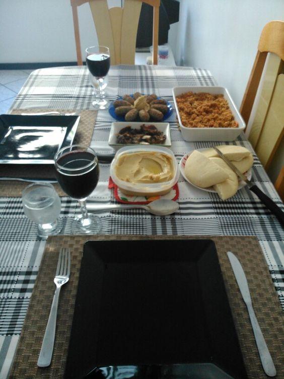 Carneiro assado, cuscuz marroquino, homus, pão árabe, kibe, tabule e suco de uva integral nas taças do meu casamento. (Junho 2014)